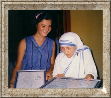 Susan presenting Mother Teresa with the artwork she requested
